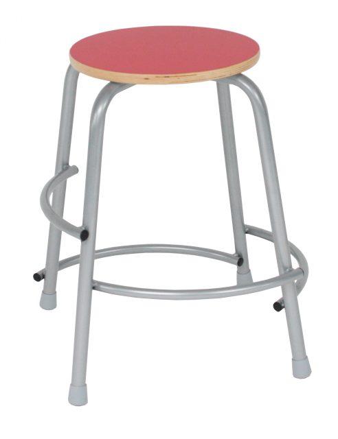 Per taburet med rødt laminat sæde